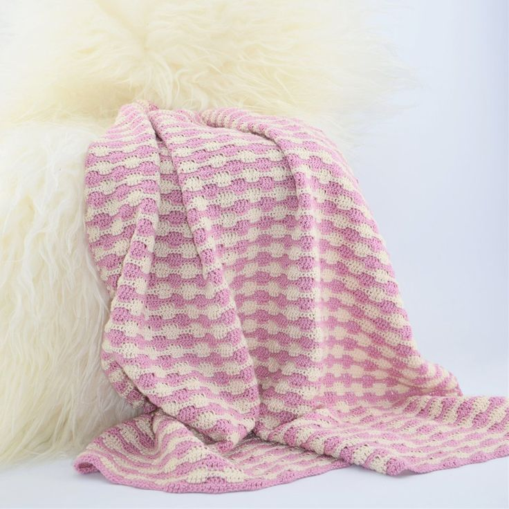 Babytæppet hæklet i det lækre Soft garn fra Go Handmade. Tæppet er hæklet i et helt fint og tæt mønter. Mix de skønne farver fra Go Handmade og design netop dit