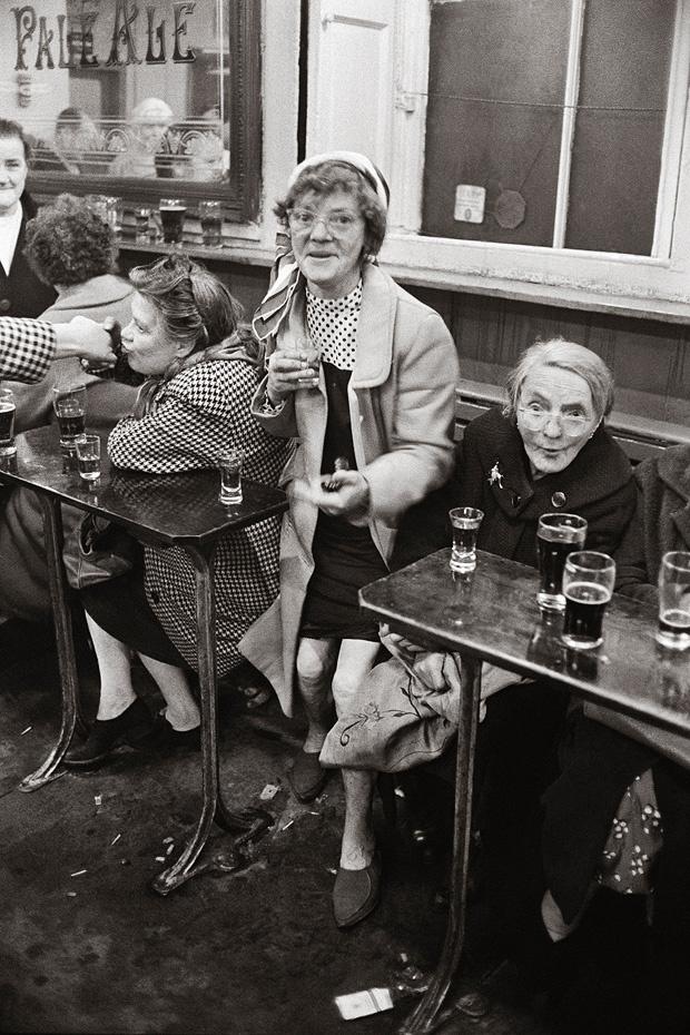 Jürgen Schadeberg 1968 Sherry-Trinker in einem Pub im Glasgower Arbeiterstadtteil Gorbals