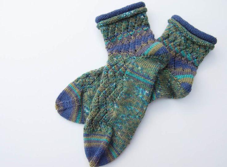 """Mit dem Sockengarn Regia Pairfect Socken stricken; du erhältst ein tolles, pairfectes Ergebnis, bei dem ein Socken dem anderen gleicht. Wir zeigen euch eine Anleitung für ganz modische Damensocken mit Rollrand und einem hübschen Zickzackmuster. Die Firma Schachenmayr hatte uns das interessante Garn ihrer Traditionsmarke Regia """"PAIRFECT"""" zur Verfügung gestellt, um es zu testen (zum Test). Mit diesem Sockengarn können dank der gelben Leitfäden zwei völlig identische Socken gestrickt werden…"""