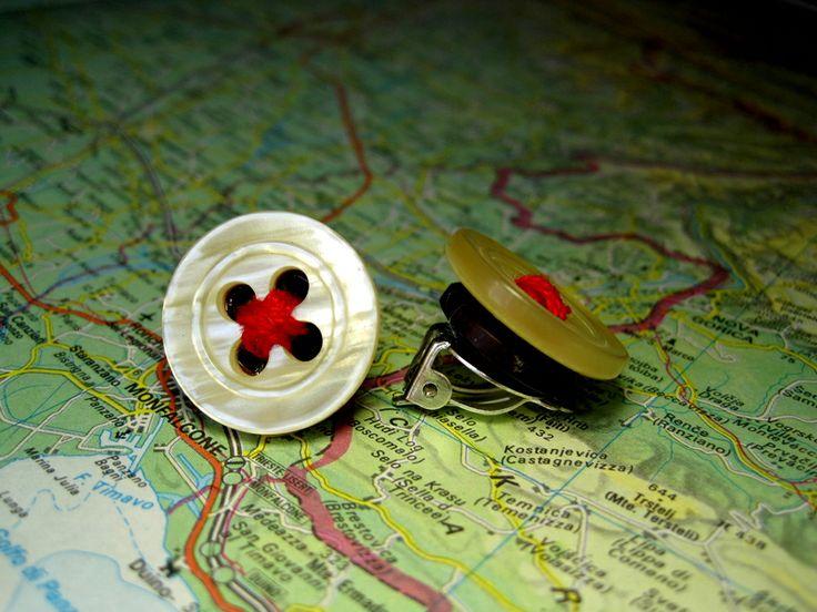 Clip Bottone Bianco Filo Rosso di L'atlante dei Bottoni Bijoux su DaWanda.com