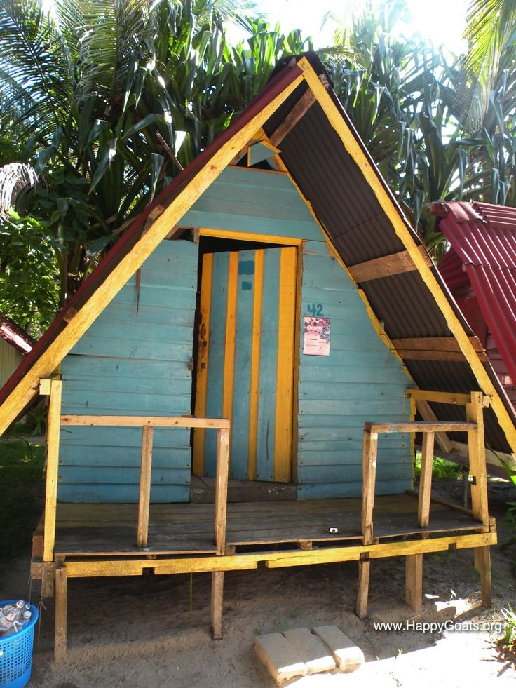 Perhentian Islands, Kecil. This beautiful wooden cabin, near to the beach, is the cheapest place we could find. We like to tell you where it is...