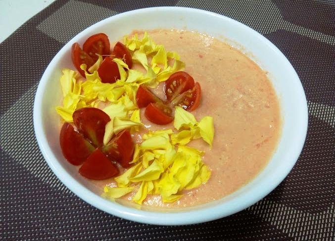 PREPARACIÓN Cortar los tomates en trozos y triturarlos. Después pasar por un colador chino para separar las pepitas y los restos piel. Volver a poner en la batidora y añadir el ajo, la sal, el pan …