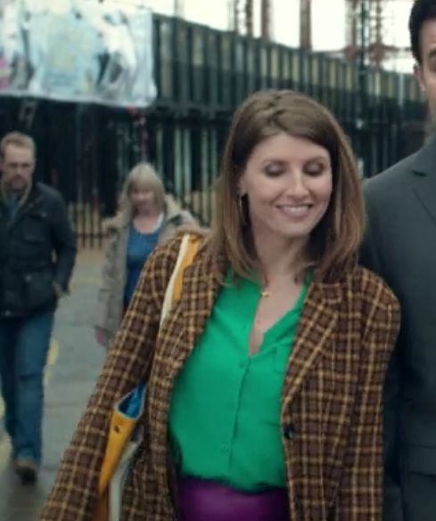 Sharon Horgan on Catastrophe: Season 1, episode 3: Green blouse, purple skirt, brown and yellow tweed blazer, yellow tote