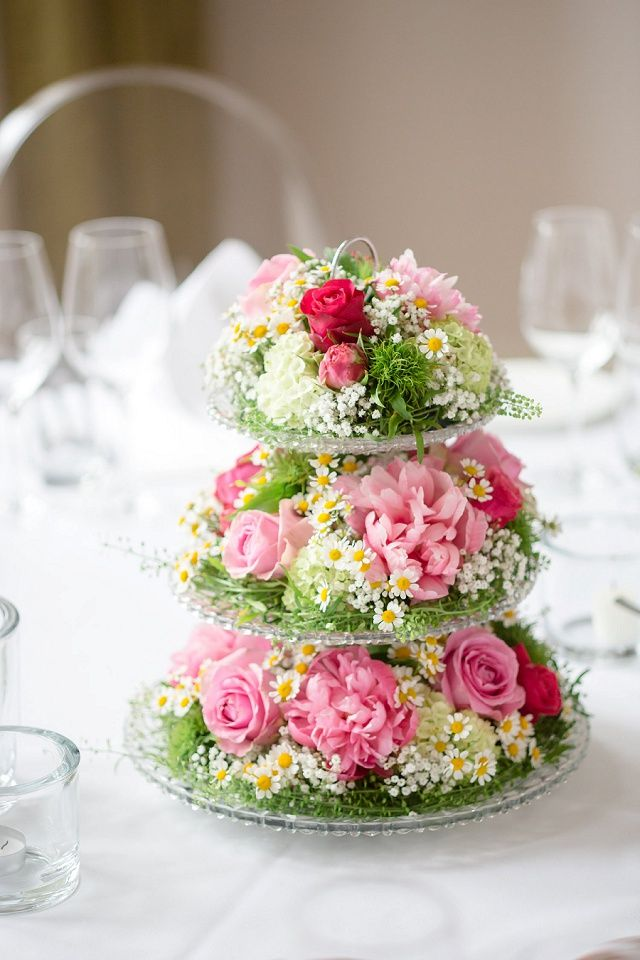 So sweet!  For a relaxed, country garden feel to your wedding table centrepieces, mix pretty pink paeonies and roses with soft gypsophila and daisies (marguerites) and display on glass stands.  http://the-little-wedding-corner.de/diy-hochzeit-auf-weingut-annie-rohse/