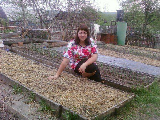32-летняя учительница начальных классов Татьяна Раковская ухаживает за огородом с помощью....сорняков