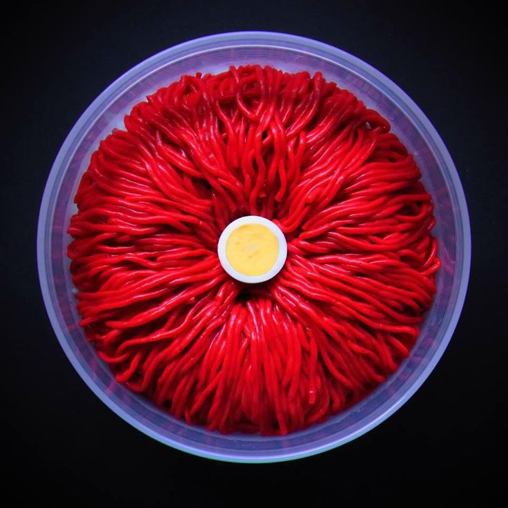 赤い糸こんにゃくべんとう。   正直こんなキモチワルイおべんとうは初めて!! われながらゾクゾクきます。  赤いこんにゃくは鉄分が多く、滋賀でつくられます。