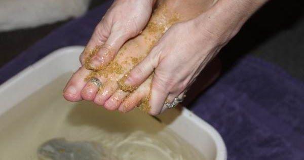 Cuando se trata de los pies, el problema más común es agrietado talones y la piel seca. Ellos están sufriendo de la falta de humedad en la piel, dieta poco saludable, la falta de cuidado o los zapatos equivocados.  Afortunadamente, este remedio de tan sólo 2 ingredientes va a resolver ese problema, e incluso un problema con los callos y las venas varicosas de los pies.