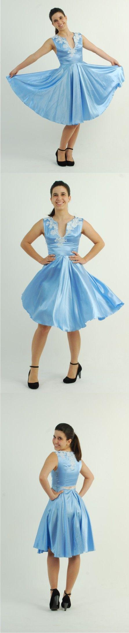 Vestido azul de cetim com renda francesa aplicada no decote da frente e das costas e abertura com transparência na cintura. Ateliê Lia Balieiro