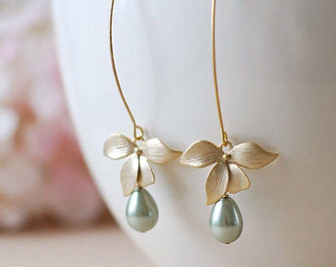 Pendientes de perlas verde salvia con flor de oro, olivino salvia verde boda novia pendientes, regalo de la Dama de honor, aretes de Dama de honor, regalo para mamá