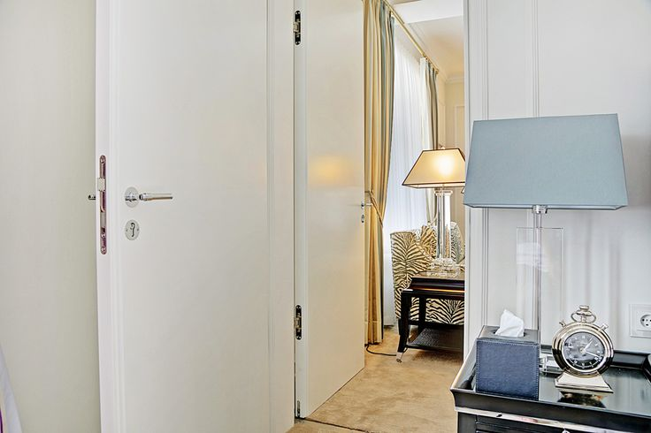 2 flush doors separating two rooms in Hotel D'Angleterre | Door produced by Vahle Doors