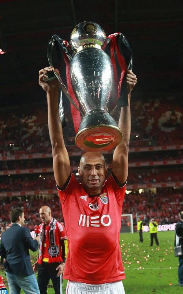 Capitão Luisão com a Taça! Benfica Campeão Nacional pela 33ª vez!