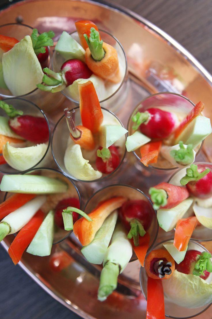 Crudite: glaasjes met rauwe groente met onderin een dip.