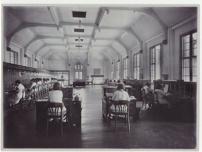 Interieur post- en telegraaf kantoor te Bandung, Java, Indonesië (1919-1930)