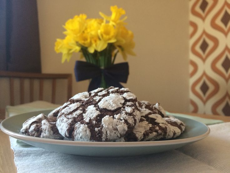 Chocolate crinkles  1 cup unsweetened cocoa powder 1 1/2 cups white sugar 1/2 cup vegetable oil 4 eggs 2 teaspoons vanilla extract 2 cups plain flour 2 teaspoons baking powder 1 teaspoon espresso powder 1/2 teaspoon salt 1 cup confectioners' sugar