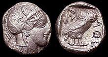 Pièce de monnaie athénienne antique (Tétradrachme, vers 450 av. J.-C.) représentant la déesse Athéna avec ses emblèmes de la chouette et du rameau d'olivier.
