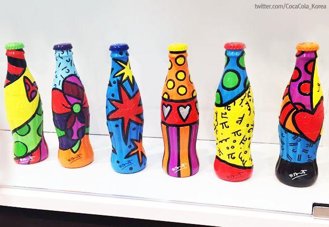 [Coke Bottle 25] 코-크 보틀 하우스에서 만난 알록달록 색감으로 시선을 사로잡았던 코카-콜라 병! 브라질 출신의 세계적 팝 아트 거장, 로메로 브리또와 콜라보레이션으로 출시한 코카-콜라 병이랍니다.