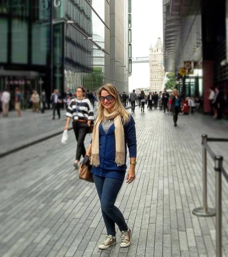 Look #tbt da viagem/mochilão que fiz para Europa em 2011. Essa foto é em Londres, primeira cidade da aventura de 35 dias que fiz com o marido que na época era namorado. Sobre o look usaria tudo de novo e acho super atual, look básico e estilosinho que eu adoro: all star dourado + jeans skinny + cardigan alongado + um cachecol pro verão londrino. Adoro ver looks antigos e analisar o que mudaria ou não, e vocês gostam desse exercício de moda? #dicagsf #guriasemfiltro #tbt #lookdodia #londres