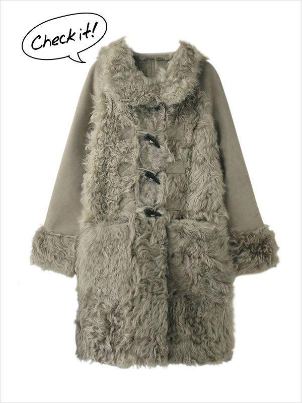 カーリーな毛並みがBOHOシックなチキャンラムファーのロングコート。ゴージャスなイメージのムートン素材も、ダッフル仕様にカジュアルダウンさせてデイリーに活躍させて。