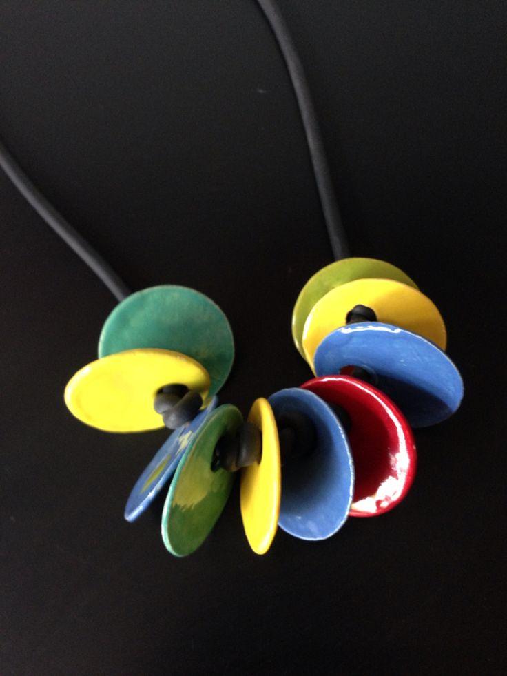 Paperclay, ketting van papierklei. Geglazuurd met Mayco Stroke&Coat. Gemaakt…