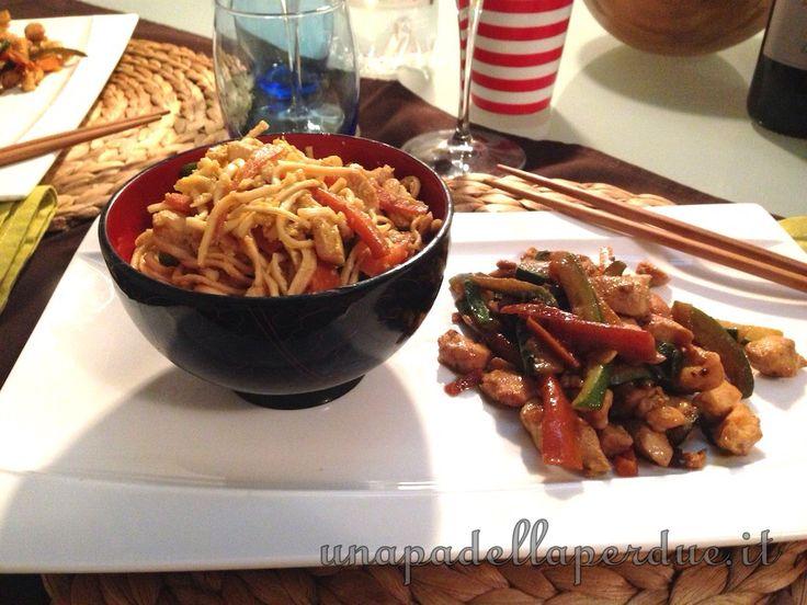 Noodles con verdure e pollo. Un piatto completo, anzi un piatto unico dove la carne e le verdure fungono sia da secondo che da condimento per i noodles.