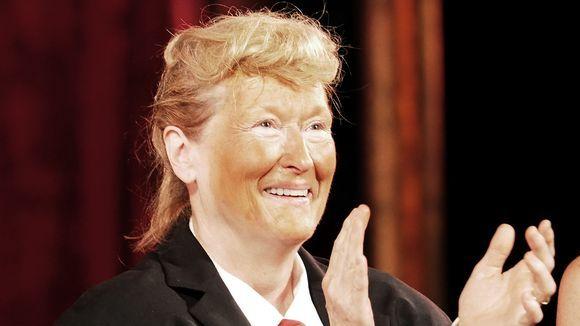 Meryl Streep imita Donald Trump al Delacorte Theatre - Parrucca bionda un po' arruffata, abito da uomo con tanto di pancione finto e cravatta rossa e un trucco arancione sulla faccia: così l'attrice premio Oscar Meryl Streep ha parodizzato Donald Trump.  - Read full story here: http://www.fashiontimes.it/2016/06/meryl-streep-imita-donald-trump-delacorte-theatre/