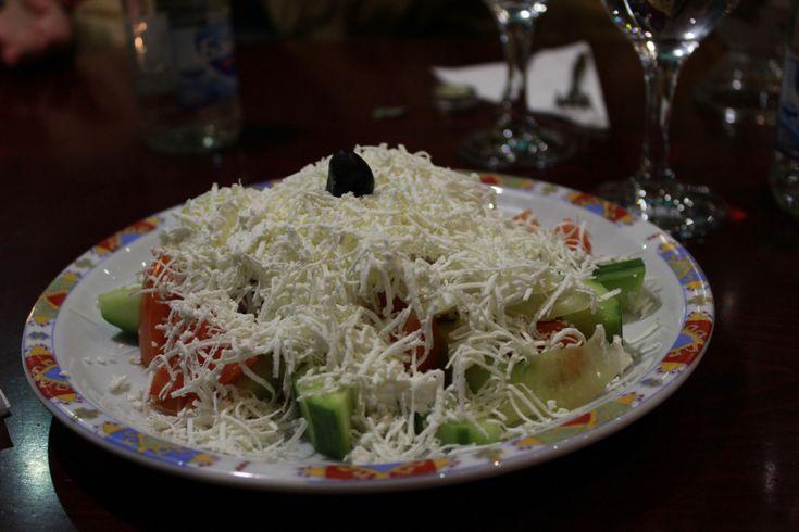 Alexandra Ianakova – Bulgarien Wenn es um bulgarische Küche geht, ist Schopska Salata eines der ersten Dinge, die einem einfallen. Ein sehr simpler, frischer Salat, der in jedem Restaurant un…                                                                                                                                                                                 Mehr