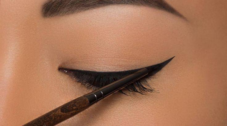 Comment poser son trait d'eyeliner facilement ? Quelles sont les astuces faciles ? Voici 7 tutos pour un trait parfait