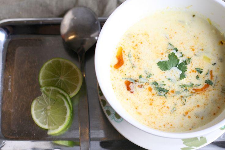 Corn chowder | via Jonge Sla | 't Smaakt romig en zoet van de melk, de aardappelen en de maïs, maar ook fris van de selder, en nog frisser van het limoensap, en dan weer pittig door de specerijenboter die erbij hoort. Zeker maken, die boter, ook als je bang bent van vet. Je moet er helemaal niet veel van toevoegen om lekker veel extra smaak te hebben; een mespuntje volstaat.