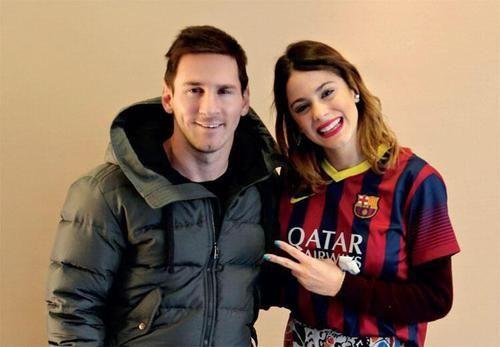 """Leo Messi e Martina : Olá amigos, Hoje trago esta bela foto de Leo ao lado de Martina Stoessel, uma famosa atriz e cantora Argentina. Ela estava em turnê por Barcelona, e Leo foi até o seu hotel, levar sua sobrinha Morena para conhecê-la, a garota é super fã da artista. Martina, mais conhecida como """"Tini"""", disse algumas palavras sobre como foi seu encontro com Messi: """"Eu não posso acreditar que Messi veio até mim. Eu ainda es"""