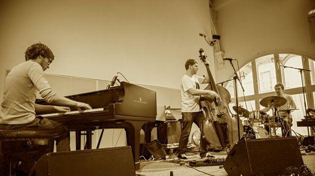 Πιάνο τρίο GoGo Penguin: Η τζαζ που γοητεύει τη νεολαία