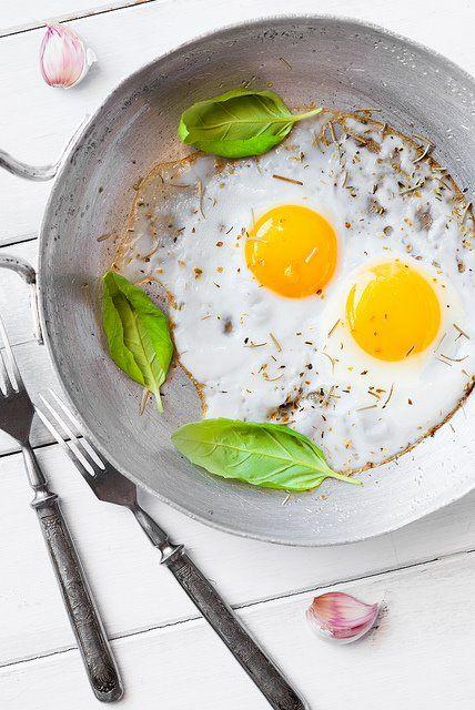 """Saludable y de alto contenido proteínico, el huevo, un alimento tradicional y esencial para cuidar tu sistema inmunológico. Disfrútalo en casa con una fresca ensalada. Imagen vía #Pineterest #AnitasExpress #RestaurantesMedellin #GourmetColombia"""""""