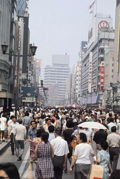 昭和48年、東京・銀座の歩行者天国(1973年07月撮影) 【時事通信社】