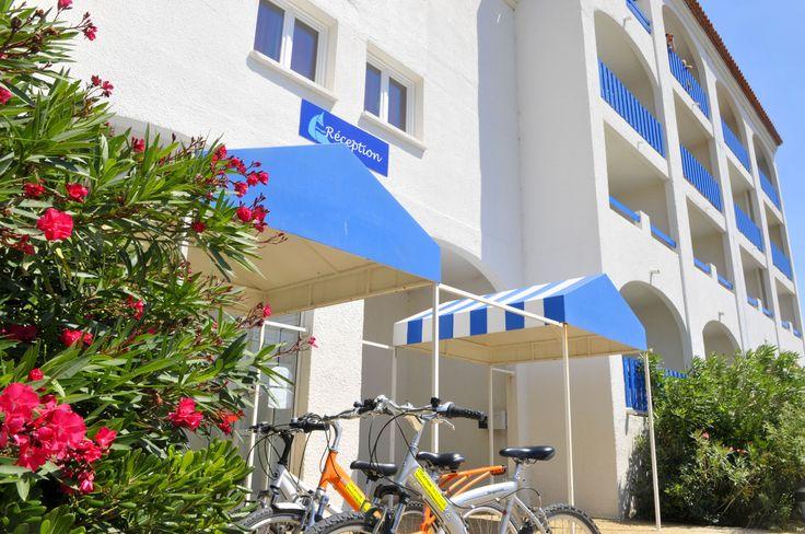 Entrée de la résidence Le Grand Bleu à Port Barcarès - Résidence 3 * Goelia