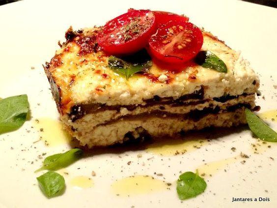 Lasanha de Beringela e Ricota Esta lasanha de beringela é uma ótima opção para os vegetarianos, apesar de não ser muito simples de fazer o resultado compensa qualquer esforço.