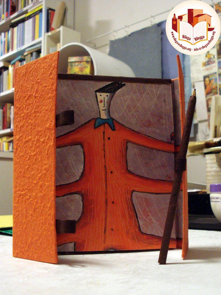 Notes colorato in cartoncino rigido con matita.  Creato da noi: www.rilegoerileggo.org