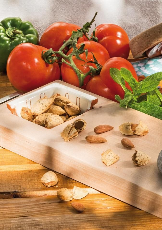 This board is the ideal aid to the Mediterranean diet, as it features various functions: cooking board for chopping, crushing or crumbling food; or a board for serving appetisers. It is made of beech, features two beach pebbles (one in the S size) that serve as a pestle / nutcracker, and comes with two clay recipients (one in the S size) decorated on the inside with the montanhac pattern and on the outside in natural clay. The board has a metal handle at the top.