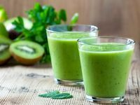 Bauch weg: Avocado schafft 3 Kilo in 7 Tagen Geben Sie 1/2 Avocado, 1 Stange Sellerie, 1/3 Gurke, 1 Handvoll Salat und 2 gewürfelte Äpfel mit einer Handvoll Eiswürfel in einen Mixer. Mit einer Scheibe Limette garnieren und zum Frühstück oder als Snack zwischendurch genießen. Prost!