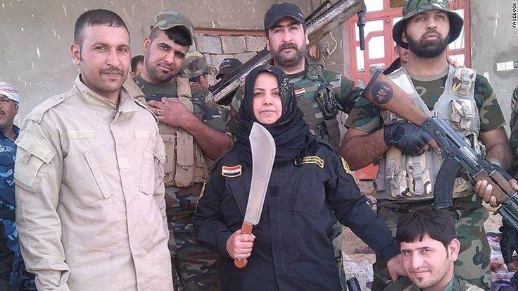 """Wahida Mohamed Al-Jumaily, conocida como Um Hanadi, es una mujer iraquí que se describe a si misma como """"ama de casa. También dice ser una de las personas más temidas por ISIS."""
