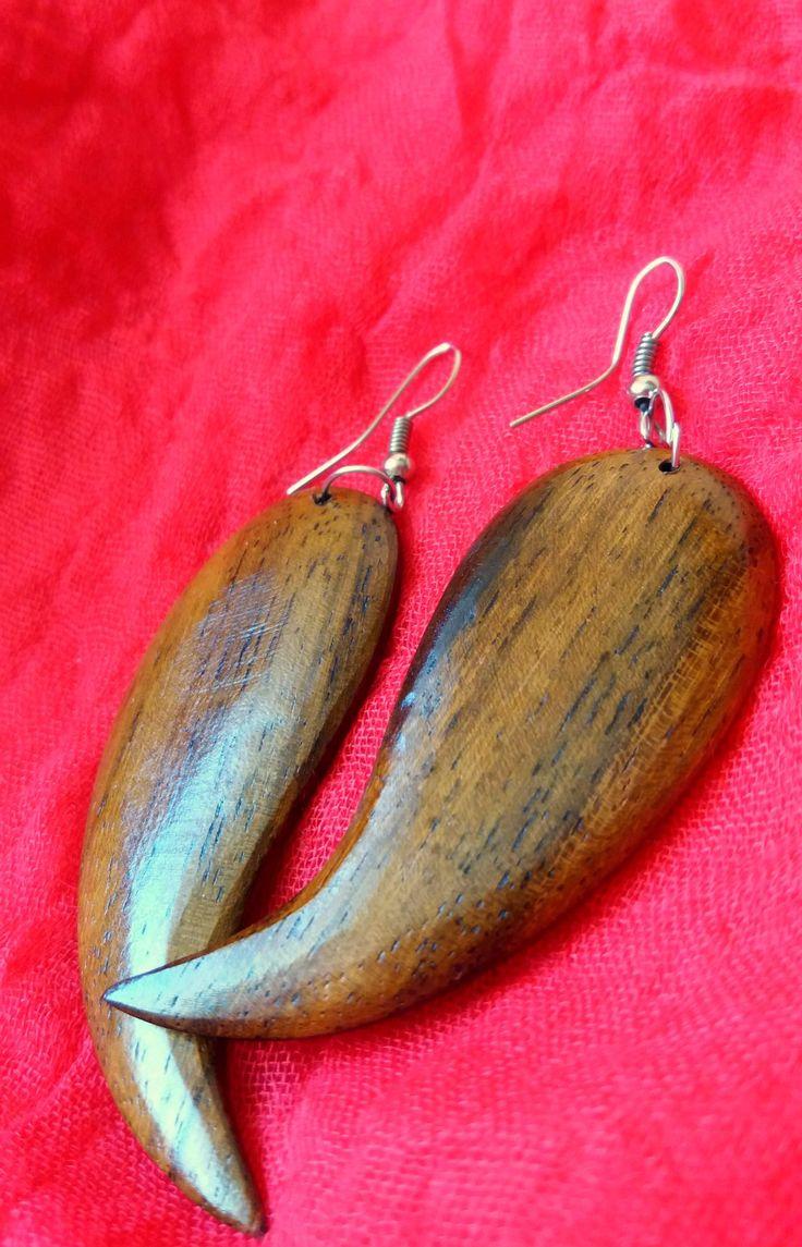 Fából faragott fülbevaló agyar formával - több gyönyörű, természetes darabért klikk a képre!