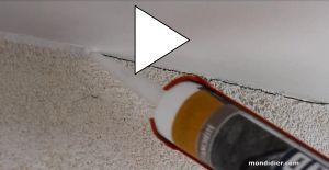 Traiter et boucher avant peinture une microfissure avec du joint d'étanchéité acrylique. Par exemple, une fissure à la jonction mur/plafond ou mur/plinthe ou fenêtre/mur ou chambranle/porte.