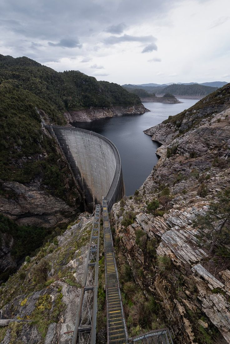"Yuga Kurita (栗田ゆが)さんのツイート: ""タスマニアのゴードンダム。ダムマニアではないけど、凄くカッコ良いダムだと思った。雨が降ってなかったらもっとガッツリ撮りたかった。開放されていて下まで降りていけます。 Oct 15, 2016 #Tasmania #Gordondam https://t.co/g9VaCf7vCT"""