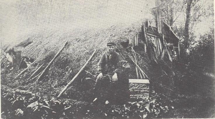 Lutjegast. Deze oude plaggenhut stond vroeger in de Lutjegastermieden, in de buurt van de Doezumertocht, en werd bewoond door Jan Postma, bijgenaamd 'Jan Kroeskop'.