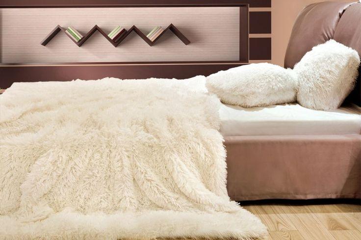 Włochaty koc do sypialni w kolorze ecru