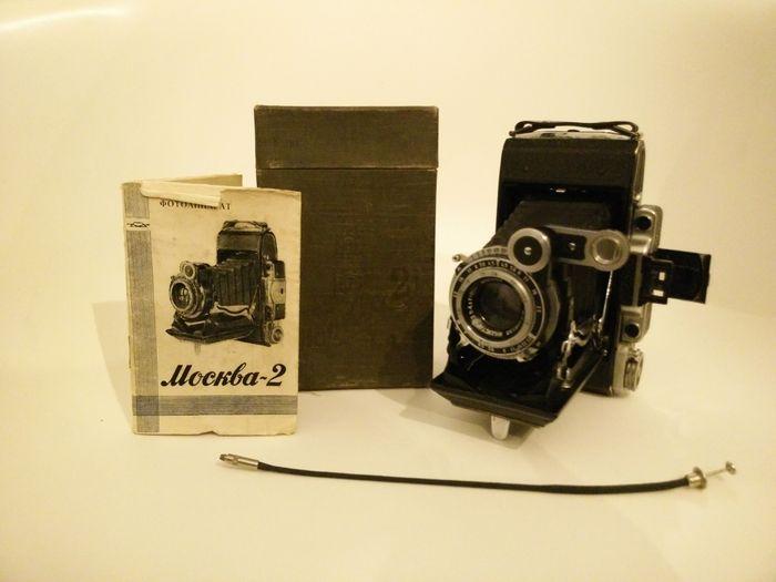 Moskva-2 - 1954  Mooie Moskva-2 (Mockba = Moskva/Moskou) uit circa 1954. In de handleiding staat dat het productiejaar 1954 was. De camera is tussen 1947-1956 gesporduceerd er zijn in die tijd zo'n 197.640 stuks geproduceerd. De sluiter werkt. Lens is helder en onbeschadigd. Camera heeft weinig gebruikssporen. Balg is in perfecte staat. Inclusief Russische handleiding ontspanner en originele doos. Verzending is aangetekend (2).  EUR 1.00  Meer informatie