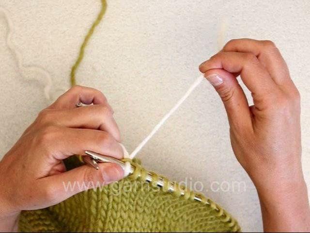 Langanvaihto-langanpään yhdistäminen neuleeseen