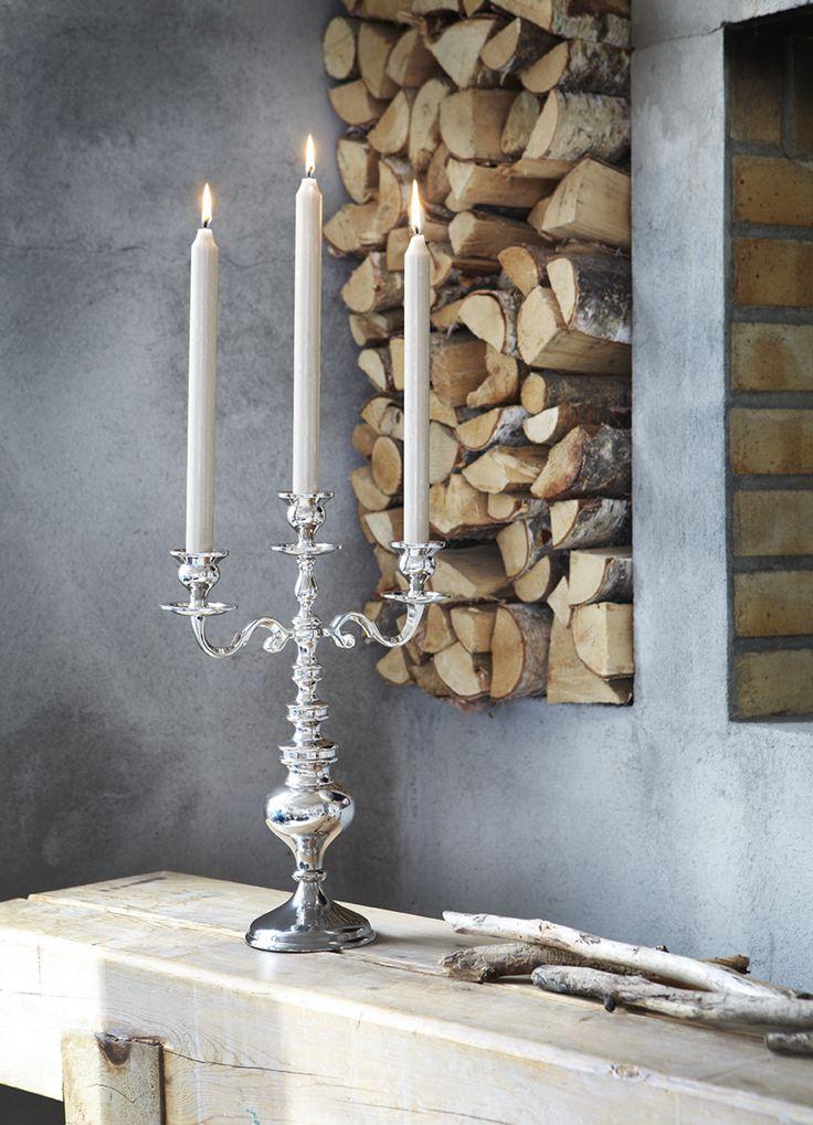 Erittäin tyylikäs kolmihaarainen kynttilänjalka, joka viimeistelee juhlapöydän