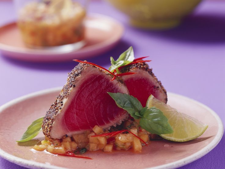 Thunfischsteak in Pfeffermantel mit Melonensalsa - smarter - Zeit: 30 Min.   eatsmarter.de