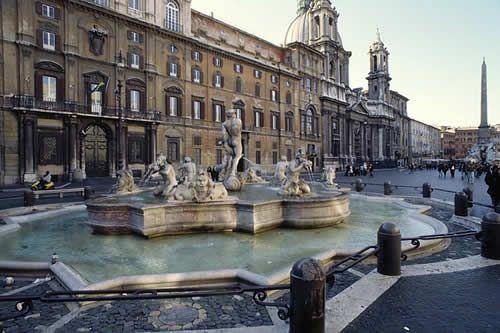 Piazza Navona, Roma. Sapete che anticamente venivano tappati i fori delle tre fontane di Piazza Navona per poterla allagare? La sua forma concava veniva sfruttata per calmare il caldo dei mesi estivi... Cerca dove dormire su http://www.bbplanet.it/dormire/roma/