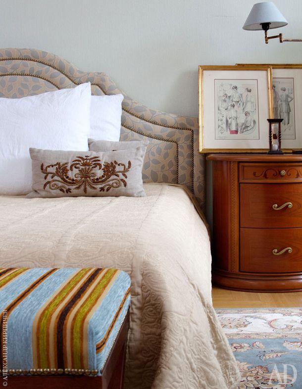 Кровать и банкетка сделаны по эскизам дизайнера и обтянуты тканью Robert Allen Desing. Покрывало, Zara Home. Прикроватная тумбочка осталась от прежней обстановки. Гравюры, настольная лампа и часы - все Du Bout Du Monde.