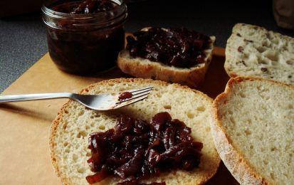Marmellata di cipolle - La ricetta della marmellata di cipolle fatta in casa è semplice e si prepara con ingredienti economici come cipolle, della qualità che preferite, vino, zucchero e aromi come alloro e chiodi di garofano.